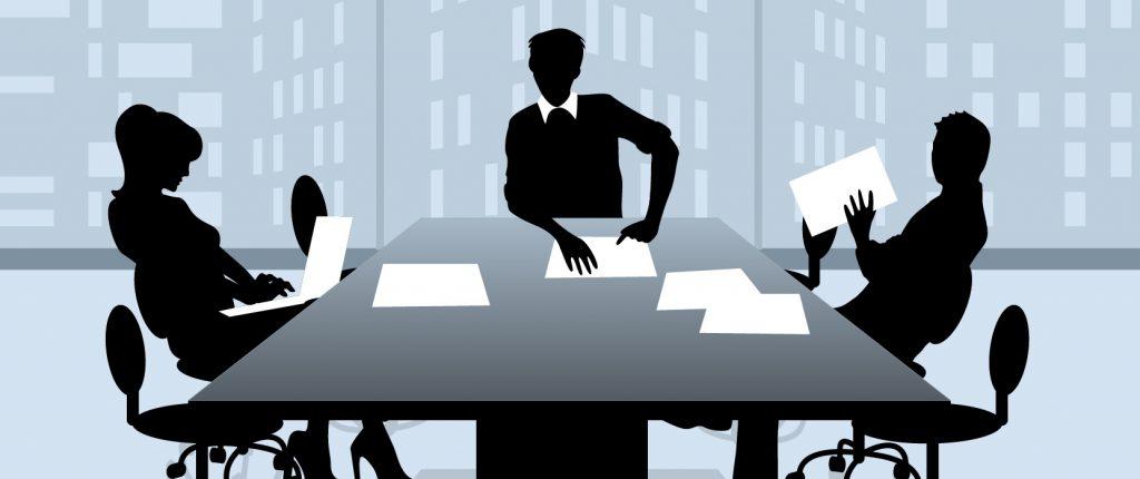 Forhandlingsteknik, billedet viser tre personer der sidder ved forhandlingsbordet og snakker