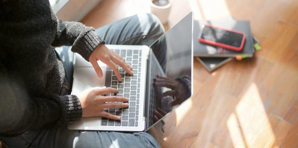 kvinde med computer arbejder hjemmefra, driver virksomhed som hobby