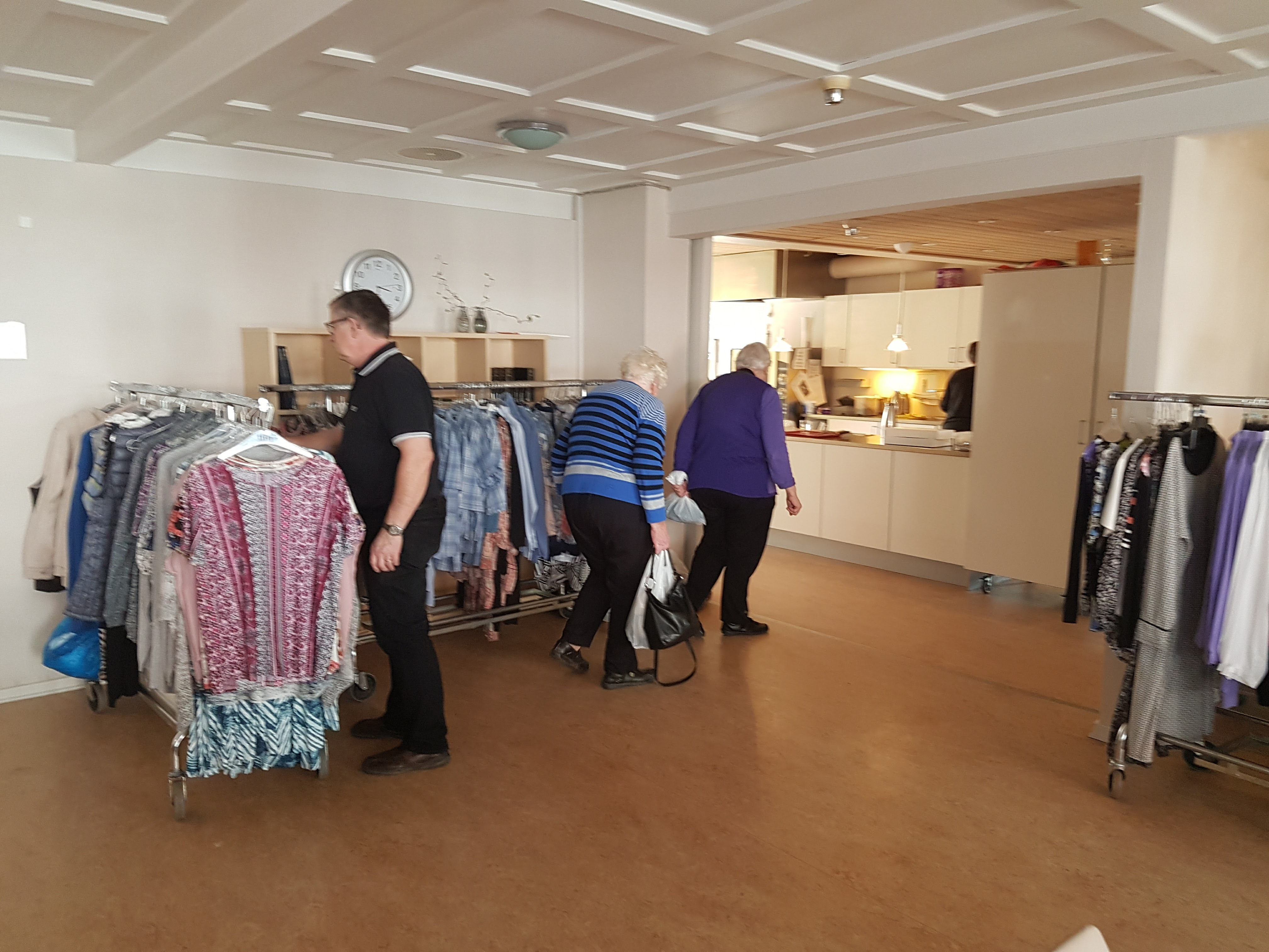64229c1d351b Rullende tøjbutik til ældre (7 år gammel